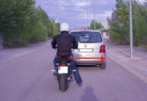 En moto, circular ladeados nos facilitará el 'escape' si el vehículo que nos precede frena bruscamente